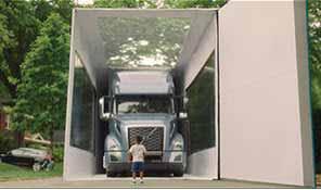 一个孩子站在沃尔沃卡车VNL面前 - 社会化媒体